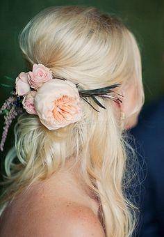esküvői frizura virággal - menyasszonyi frizura virágdísszel