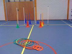 Ringwerpen Materialen: -hoepels - frisbees - paaltjes - pionnen met 1 meterstokken Lesvoorstel: Leerlingen proberen de hoepels en frisbees om de paaltjes te mikken.