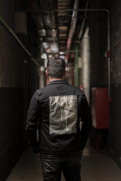 O que usar no Inverno 2019: jaqueta jeans preta! | Blog do Bruno Figueredo Polo Wear, Backpacks, Blog, Fashion, Black Jeans, Jean Jacket Hoodie, Winter Time, Moda, La Mode