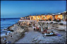 Ibiza Cala Conta Beach Club Playas de Comte | druk bezocht, helder water en mooi zand