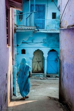 my-spirits-aroma-or: Brilliant Colors of India Beautiful - also why I am going to India in Purple and blue. Windows and doors in India Varanasi, Beautiful World, Beautiful Places, Foto Top, Amazing India, Goa India, Blue City, World Of Color, India Travel