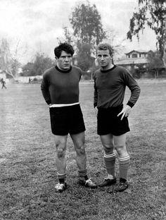 Omar Sivori e Giovanni Trapattoni posano durante un ritiro della Nazionale italiana (1961)