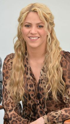 Cool and Cute Summer Hairstyles for Women. As the summers are already here, and we know that the bad hair day problem has started. Pretty Braided Hairstyles, Easy Bun Hairstyles, Easy Summer Hairstyles, Shakira Hairstyles, Hot Hair Styles, Curly Hair Styles, Cornrows, Afro, Androgynous Haircut
