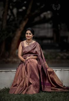 Check out some of the amazing outfit and jewellery ideas for South Indian minimalistic bride. Bridal Sarees South Indian, Bridal Silk Saree, Indian Bridal Fashion, Indian Bridal Wear, Indian Wedding Outfits, Indian Sarees, Saree Wedding, Silk Sarees, Drape Sarees