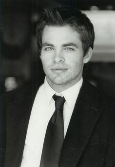 chris pine does the voice of jack frost XD he's so attractive even his character jack frost ♡♡♡♡