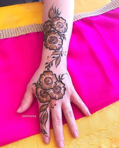 Here are stylish and latest Simple Back Hand Mehndi Designs, Choose the best. Henna Hand Designs, Mehndi Designs Finger, Modern Henna Designs, Floral Henna Designs, Mehndi Designs Book, Legs Mehndi Design, Mehndi Designs For Girls, Mehndi Designs For Beginners, Mehndi Design Photos