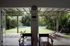 Residência Praia do Espelho - Trancoso/BA : Varandas, alpendres e terraços tropicais por Renata Romeiro Interiores