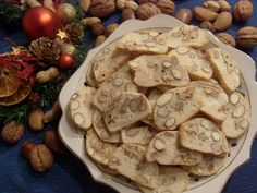 Z bílků a cukru ušleháme tuhý sníh, lehce vmícháme mouku a mandle nebo ořechy. Do formy na srnčí hřbet dáme pečící papír, stejnoměrně dáme… Cookies, Desserts, Food, Crack Crackers, Tailgate Desserts, Deserts, Biscuits, Essen, Postres