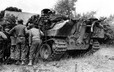 Battle of Normandy, Summer US soldiers inspect the wreckage of a German Panther tank. Battle Of Normandy, D Day Normandy, Luftwaffe, Panther Images, Tiger Tank, Ww2 Photos, Ww2 Tanks, Army Vehicles, Thing 1