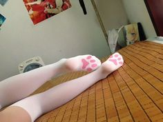 Kitten socks - so kawaii it hurts! I bet you could easily DIY this on some sturdier thigh highs or knee highs with some fabric paint! Kawaii Fashion, Lolita Fashion, Cute Fashion, Men Fashion, Hippie Look, Mode Harajuku, Goth Outfit, Mode Kawaii, Kawaii Style