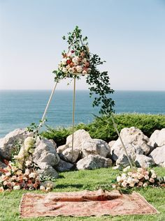 Floral alter California cliffside wedding ceremony   Photography: Betsy Blue