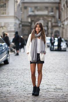 Mini saia de couro preta com blazer branco e encharpe. Imagem referência: @stealthelook