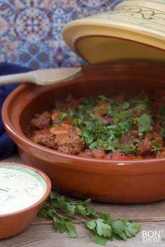 Deze overheerlijke magische Marokkaanse stoofschotel is om je vingers bij af te likken. Goed te combineren met rijst, couscous of brood. Kijk op BonApetit. Tajin Recipes, Appetizer Dishes, Egyptian Food, Ras El Hanout, Oven Dishes, Healthy Slow Cooker, Cooking Recipes, Healthy Recipes, What's Cooking