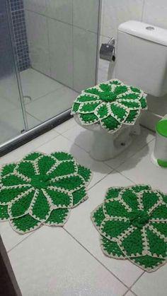 Para banheiro                                                                                                                                                                                 Mais Crochet Doilies, Crochet Flowers, Crochet Home, Knit Crochet, Tapis Design, Crochet Table Runner, Pineapple Pattern, Crochet Accessories, Beautiful Crochet