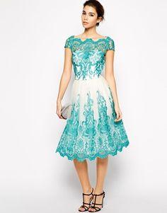 Chi Chi London - Prom dress in pizzo ricamato di prima qualità con scollo Bardot