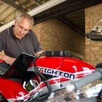 Już od 1782 roku inżynierowie eksperymentują z silnikami z obrotowym tłokiem. Wtedy właśnie powstał projekt maszyny parowej z wirującym tłokiem, a współczesna historia tego typu motorów zaczyna się od 1946 roku. Silniki testowano nie tylko w samochodach, ale również w motocyklach i właśnie taki motocykl powstał w Wielkiej Brytanii. Już latach 70. były próby zaaplikowania silnika Wankla do motocykla i