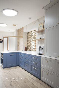 White Kitchen Interior, Kitchen Decor, Kitchen Design, Luxury Homes, Family Room, Kitchen Cabinets, Interior Design, House Styles, Inspiration