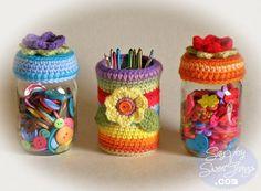 jar toppers can cover Crochet Cozy, Love Crochet, Crochet Hooks, Crochet Baskets, Recycled Tin Cans, Crochet Decoration, Crochet Patterns, Crochet Ideas, Mug Rugs