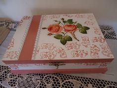 Porta joia em mdf, floral, com 1 bandeja com divisórias maiores e divisórias menores na base. O motivo da decoração são rosas cor de rosa e trabalhado também com carimbos. Trabalho feito com capricho, carinho, artesanal, portanto único.