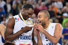 Les joueurs français Tony Parker (d) et Florent Pietrus célèbrent leur victoire contre la Lituanie en finale de l'Euro-2013 de basket à Ljubljana, le tout premier titre de l'histoire de l'équipe de France de basket, le 22 septembre 2013 - Les joueurs français Tony Parker (d) et Florent Pietrus célèbrent leur victoire contre la Lituanie en finale de l'Euro-2013 de basket à Ljubljana, le tout premier titre de l'histoire de l'équipe de France de basket, le 22 septembre 2013 - AFP/Archives Jure…