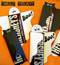 Recordatorios de barras de chocolate de Hersheys decoradas con envolturas de figuras de halloween en cartulina. #RegalosHalloween