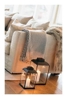 : 5 conseils pour un intérieur Hygge Sofa with plaids and floor lanterns with candles # Living Room Throws, Cozy Living Rooms, Living Room Decor, Living Room Candles, Mountain Decor, Simple Living Room, Home And Deco, Home Interior Design, Living Room Designs
