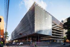 Galeria da Arquitetura | Centro Paula Souza - Brises formam uma cortina de aço inox que reduz em 50% a entrada da luz solar e minimizam a temperatura