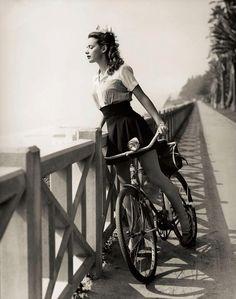 Atriz Susan Peters, em Santa Monica, c. 1942. (Fotógrafo desconhecido) # Bicicleta
