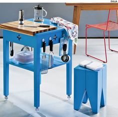 Toda cozinha merece um apoio volante. Você pode fazer o seu: basta colocar rodízios nos pés de qualquer mesa lateral. Prenda também ganchos, onde serão pendurados utensílios.