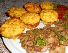 Burgonyapuding fokhagymás, gombás raguval Hungarian Recipes, My Recipes, Cauliflower, Muffin, Food And Drink, Chicken, Meat, Vegetables, Cooking