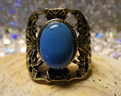 Turquoise Vintage Gold Ring. Stunning detail in the band. A real Eye Catcher!  Size 7 1/2