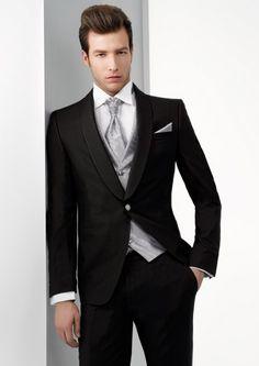 Foto 5 de 7 Miquel Suay, en su nueva coleccion de trajes para novios, reformula el estilo mas clasico y | HISPABODAS