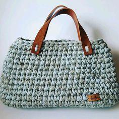 Bolsa de crochê feita com fio de malha. Alças em couro ecológico. A bolsa pode ser feita na cor de sua preferência, consulte disponibilidade!
