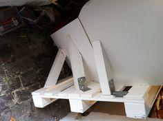Zweite Palette mit zwei montierten Lehnenteilen - eins grade, eins schräg