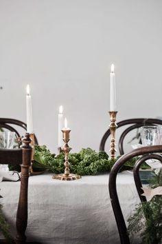 Mässing ger bordet ett gyllene skimmer i dubbel bemärkelse. Dessa är fyndade på loppis. Blanda gärna olika höjder och former.