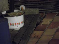 Ik stel u Tiny onze tuinmuis voor ! De deugniet is echt niet bang :)...binnenkort verdwijnt ze weer tot de volgende winter... Ze zit op de rode steen...