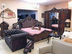 """Мебель для спальни """"Джоконда"""" не отличается прямыми линиями, здесь все очертания имеют криволинейные формы, преобладает архитектурный декор со сложными спиралями и витыми колоннами."""