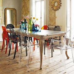 chaise transparente, table baroque originale, miroir à l'encadrement baroque