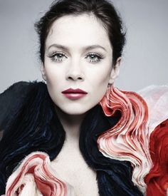 Anna Friel is too beautiful. love her makeup here.