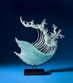 Американский художник по стеклу К. Уильям Леквайр (K. William LeQuier) создает потрясающие «текучие» скульптуры. Нити и ленты резного стекла он превращает в сложное переплетение линий, в живые формы, полные движения и эмоций. На их создание Уильяма вдохновляют силы природы, в особенности разнообразие подводного мира. Уникальные работы мастера воплощают природу, застывшую лишь на миг; в них можно…