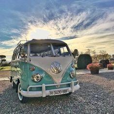 Pinterest: Sofia Fernández ★ Vintage Volkswagen Bus, Vw Bus T1, Volkswagen Transporter, Vw Volkswagen, Campers, Camper Van, Volkswagen Models, Camping Car, Camping Crafts