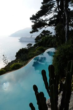 One of the most spectacular swimming pool totally in harmony with its environment Jardin crée par Jean Mus #JeanMus #Swimmingpool #SouthOfFrance