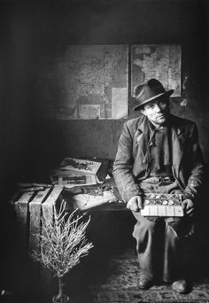 Robert Doisneau  // Painter Maurice Duval, rue Visconti nº 5, Paris,1948. (  http://www.gettyimages.co.uk/detail/news-photo/painter-in-watercolours-and-rag-and-bone-man-duval-news-photo/121506734