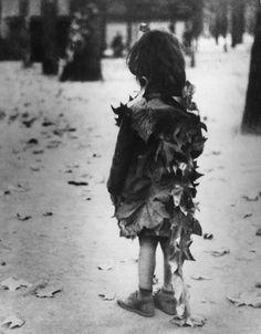 'PETITE FILLE AUX FEUILLES MORTES', 1948 Édouard Boubat