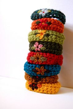 crochet flower wristbands ... I'm going to find a free pattern to do something like this ... gotta use up all my extra yarn!
