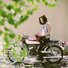 @salomeandreaa and her Yamaha RD200 #girls #motorcycles #chicas | caferacerpasion.com
