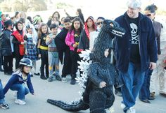 Proud dad leading his son :D Godzilla Costume, Halloween Ideas, Halloween Costumes, Godzilla Comics, Costumes Pictures, Proud Dad, Cosplay Tutorial, King Kong, Little Man