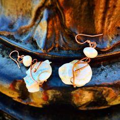 """Riflessi d'acqua. Rame che avvolge scaglie di madreperla. ..."""" Perla impura, le acque salate del mare cercarono un'onda d'amore, per addolcirne l'immenso dolore..."""" #rameliquido#sogni#acquadolce#jewls#bijoux#handmade#vogliadicreare#poesie"""