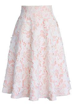"Saia confeccionada com tecido de cor rosa claro sobreposto por renda branca, renda esta que acompanha o ""forro"", rode godê."