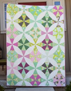 I wouldn't have thought I'd like this color scheme but it works!!!  Hyacinth Quilt Designs: Kaleidoscope! A finished quilt...